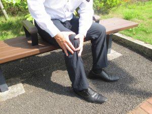ひざ痛のサラリーマン