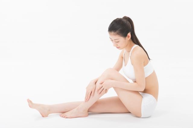 足の痛みで困っている女性
